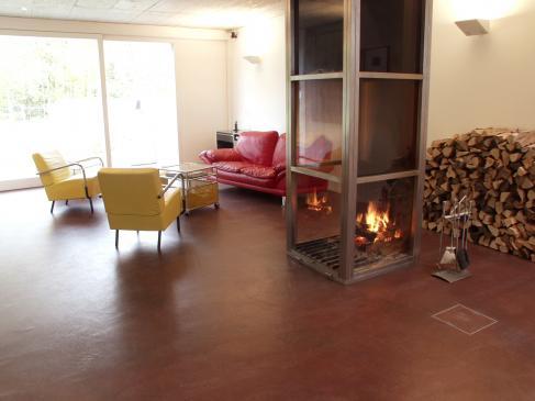 Der rote Bodarto Boden unterstreicht die Wärme des Feuers und erfüllt die höchste Nichtbrennbarkeitsklasse