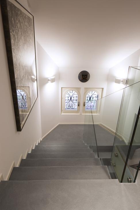 Bodarto im Treppenhaus schlammfarben