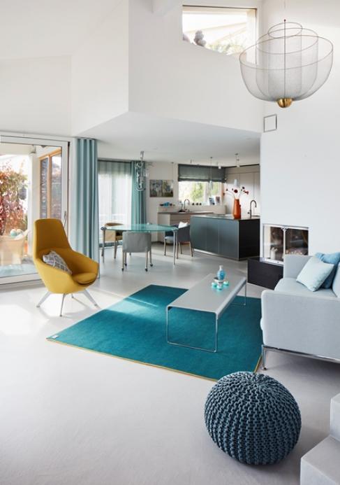 Ein fugenloser Bodenbelag gibt dem Wohnraum ein modernes ruhiges Ambiente
