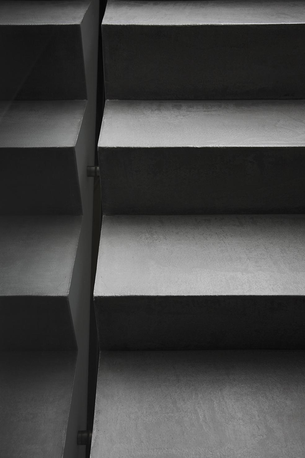 Exklusive Bodenbeschichtung auf Treppen in aufwendiger Handarbeit