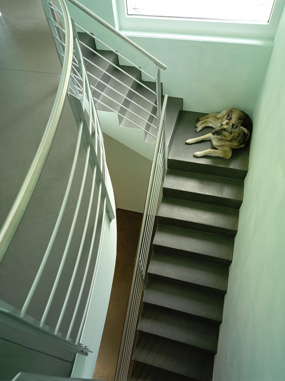 Treppenhaus mit mineralischem Boden aus Natursteinen