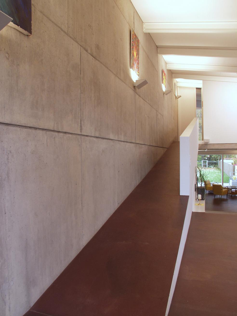 Einfamilienhaus mit Sichtbeton und mehrfarbigem warmen Bodarto Boden