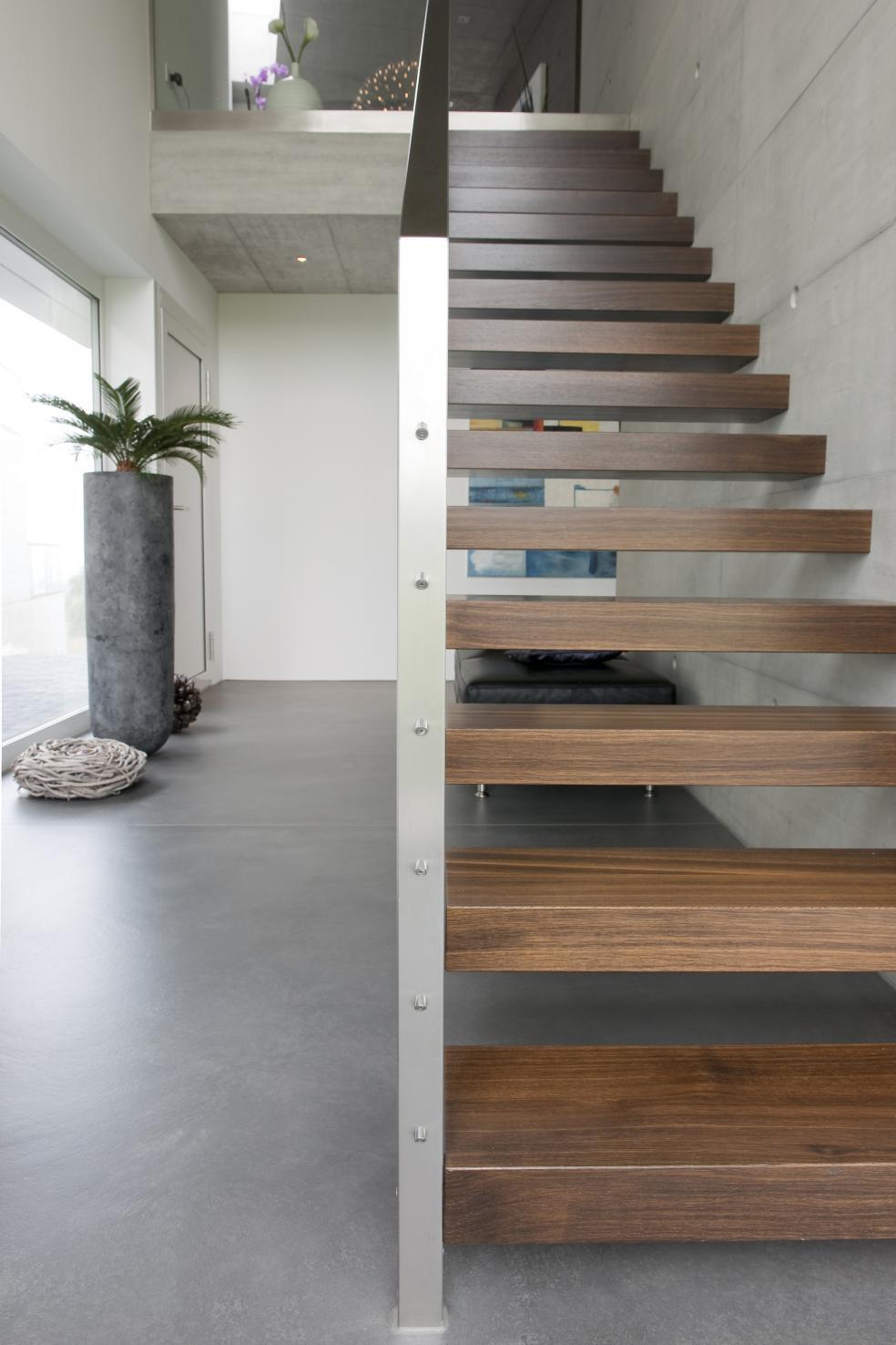Fugenloser Bodenbelag kombiniert mit Holztreppe